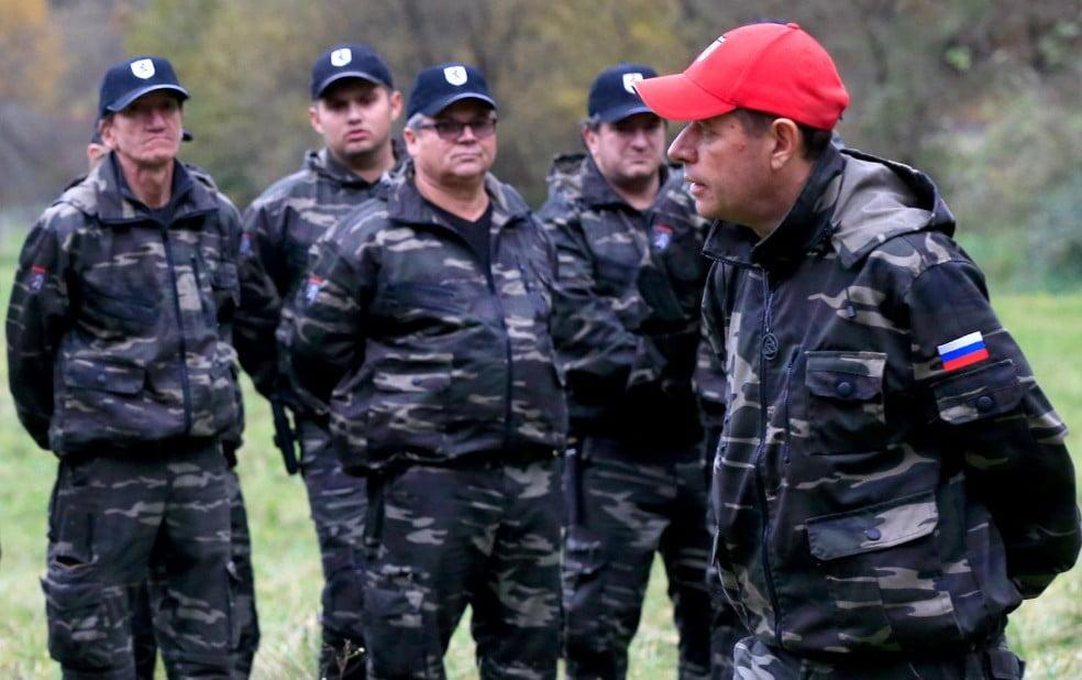 stÁjer ŐrsÉg: fegyverekkel védik meg szlovéniát a migránsoktól STÁJER ŐRSÉG: Fegyverekkel védik meg Szlovéniát a migránsoktól stajer orseg sisko andrej orosz zaszlo