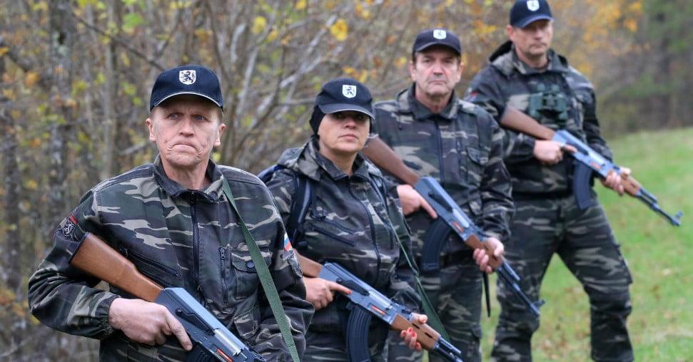 stÁjer ŐrsÉg: fegyverekkel védik meg szlovéniát a migránsoktól STÁJER ŐRSÉG: Fegyverekkel védik meg Szlovéniát a migránsoktól stajerska varda kalasnjikov