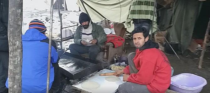 helyszÍni tudÓsÍtÁs: a vöröskereszt önkéntesei kivonultak a vučjaki migránstáborból HELYSZÍNI TUDÓSÍTÁS: A Vöröskereszt önkéntesei kivonultak a vučjaki migránstáborból tabori vendeglo