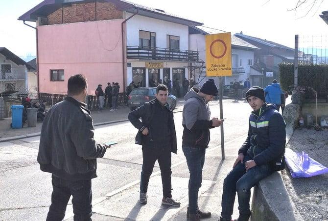 helyszÍni tudÓsÍtÁs: a migránsok a horvát rendőrök brutalitása miatt fordulnak ismét magyarország felé(?) HELYSZÍNI TUDÓSÍTÁS: A migránsok a horvát rendőrök brutalitása miatt fordulnak ismét Magyarország felé(?) baddem etterem kisebb