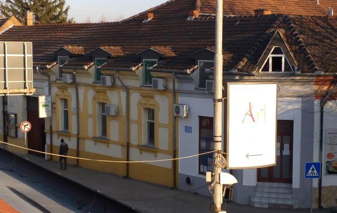 fecskÉk magyarkanizsÁn: egy migránselosztó központ mindennapjai FECSKÉK MAGYARKANIZSÁN: Egy migránselosztó központ mindennapjai novav viktorija lasta