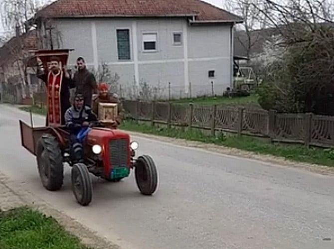 MITŐL DÖGLIK A VÍRUS? Szerbiában a pópák füstöléssel és szenteléssel végzik a vírusirtást MITŐL DÖGLIK A VÍRUS? Szerbiában a pópák füstöléssel és szenteléssel végzik a vírusirtást popa fustoles traktor