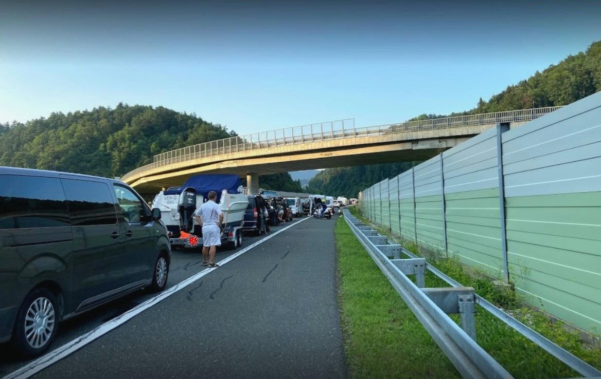NEHÉZ HAZATÉRÉS: Óriási sorok a szlovén-osztrák határon, fél napos várakozás is előfordulhat NEHÉZ HAZATÉRÉS: Óriási sorok a szlovén-osztrák határon, fél napos várakozás is előfordulhat gruskovlje