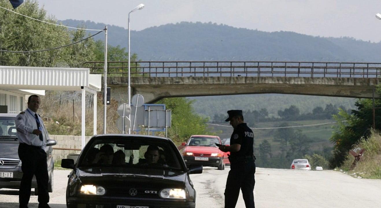 VIRÁGZIK A MIGRÁNSBIZNISZ: Az embercsempészek kamionokkal szállítják a migránsokat a szerb határra VIRÁGZIK A MIGRÁNSBIZNISZ: Az embercsempészek kamionokkal szállítják a migránsokat a szerb határra macedon rendorok