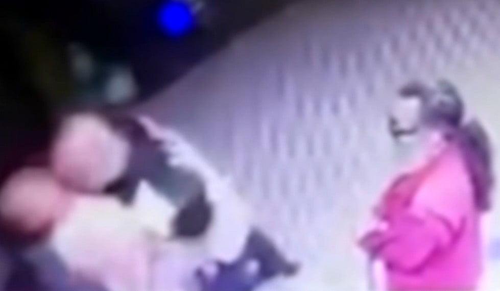 FŐ A BIZTONSÁG: Új-Belgrádban egy biztonsági őr lefejelt egy nőt, aki összeesett FŐ A BIZTONSÁG: Új-Belgrádban egy biztonsági őr lefejelt egy nőt, aki összeesett lefejeleses