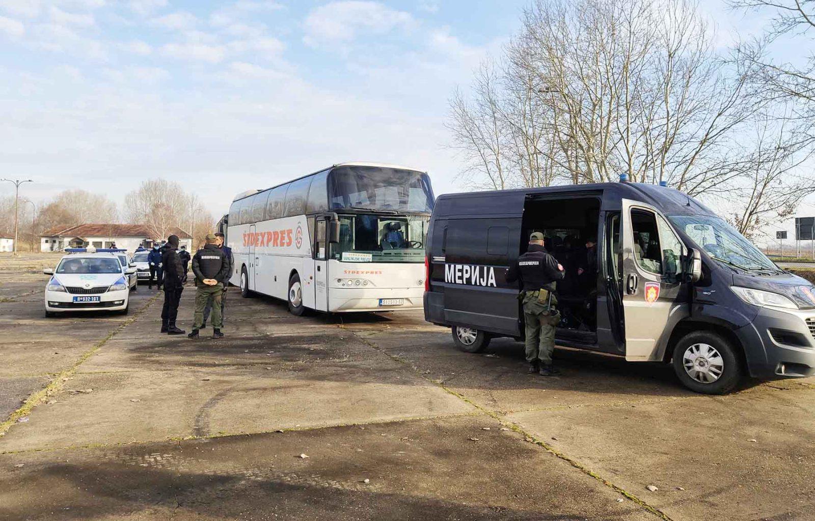 KARÁCSONYI AKCIÓ: A VMSZ elnökének közbenjárására háromszáz migránst vittek el a szerb-magyar határtól