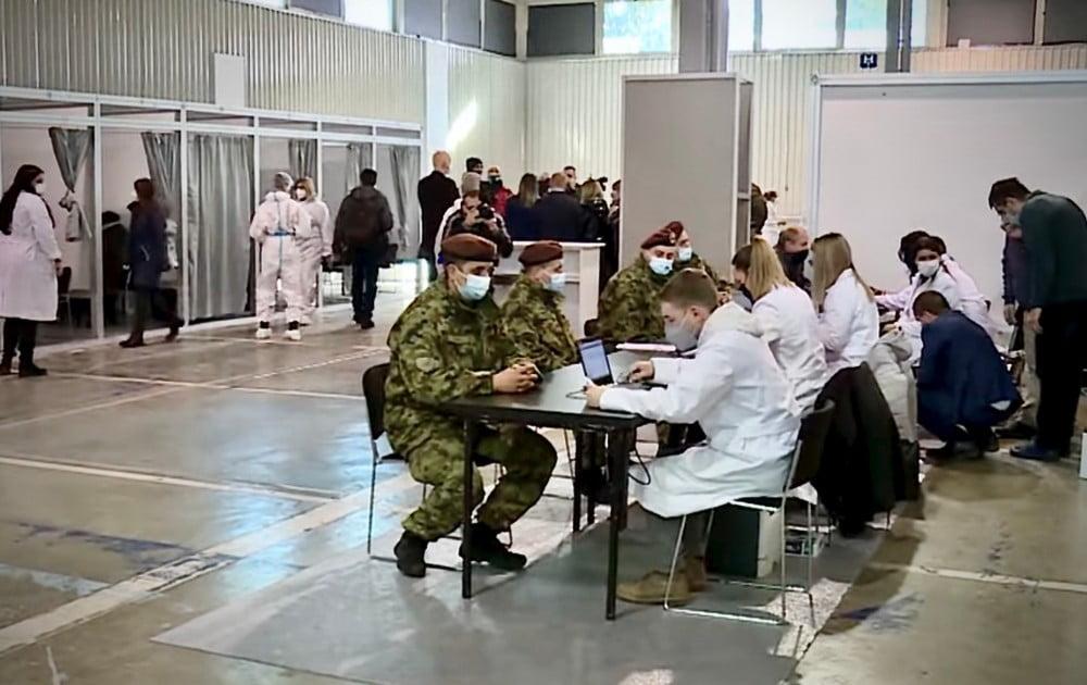 TÖMEGES OLTÁS: Szerbiában naponta mintegy ötvenezer embert oltanak be, hétvégén sincs megállás