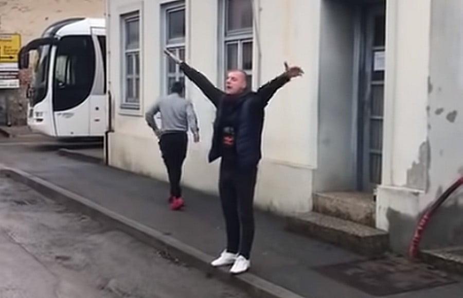 RENDŐRKÉZEN: Őrizetbe vették a horvátországi szerb küldöttségre verbálisan rátámadó fiatalembert