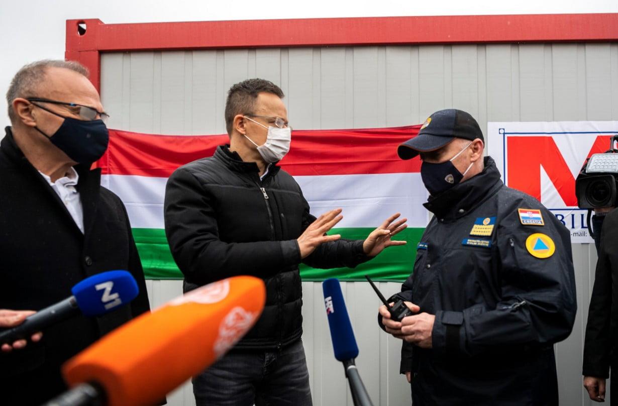 SZIJJÁRTÓ PETRINJÁBAN: A Mol ötven lakó- és hat szaniterkonténerrel segíti a földrengés károsultjait Horvátországban