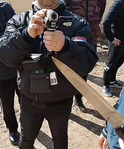 migráns MAJDÁNY: A migránsok egyre agresszívabbak, kétszázat elvittek a rendőrök hideg fegyver 417x500