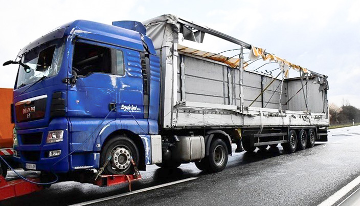 NÉGYEN MEGHALTAK: Horvátországban felborult egy szerb kamion, amelynek rakterében 24 migráns bújt meg kamion szerb rendorseg horvat 293912234652