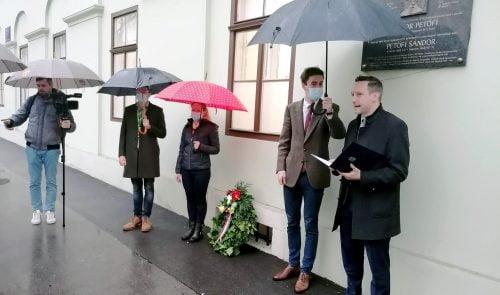 petőfi EMLÉKEZET: Zágrábban március 15-e alkalmából megkoszorúzták a zágrábi Petőfi-táblát tristan petofi beszal  500x295