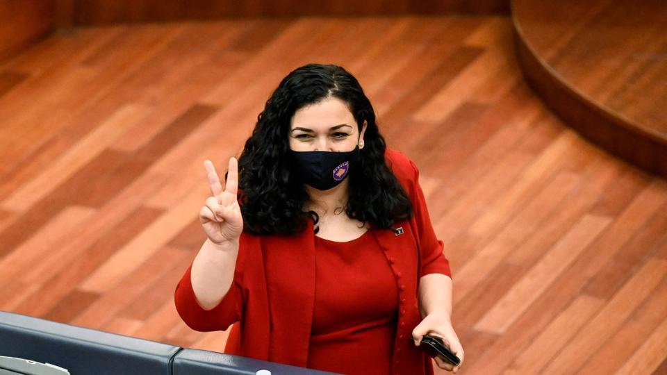 """KOSZOVÓBAN IS: """"Cherchez la femme"""" – keresd a nőt! Avagy lezárult a békés politikai forradalom EyJXgsBW8AU2GCV"""