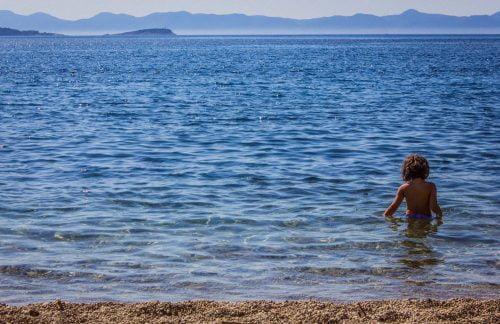 dubrovnik HORVÁTORSZÁGI IDEGENFORGALOM: Közvetlen járat Dubrovnikba, avagy irány  a kemping kislany tenger 1  500x324  ELSŐ: Megkezdték a migránsok oltását Szerbiában kislany tenger 1  500x324