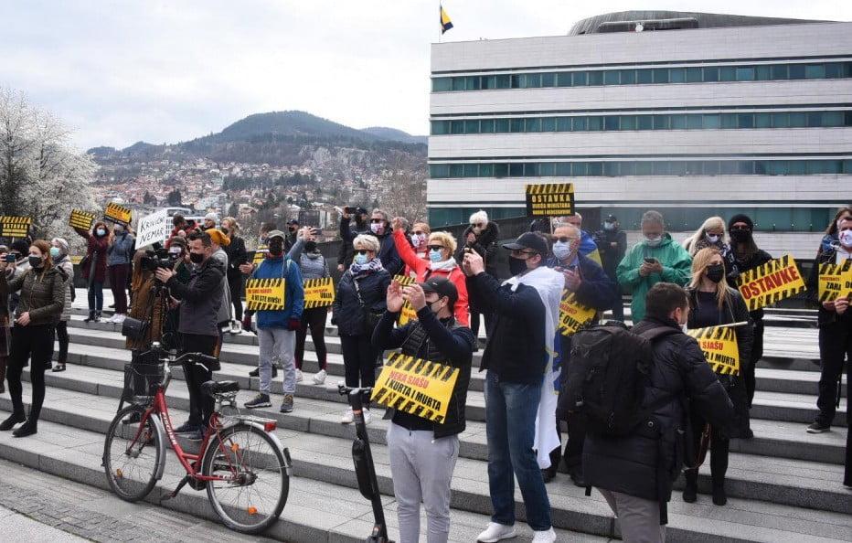 szarajevó HARC A LÉTÉRT: Szarajevóban a kormány lemondását követelik, mert nincs vakcina szarajevo tuntetes