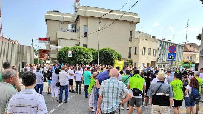 MEGFELEZTÉK: Két koszovói falu lakói tiltakoznak amiatt, hogy a felére csökkentették egy szerb háborús bűnösre kimondott ítéletet MEGFELEZTÉK: Két koszovói falu lakói tiltakoznak amiatt, hogy a felére csökkentették egy szerb háborús bűnösre kimondott ítéletet VFL DMVE