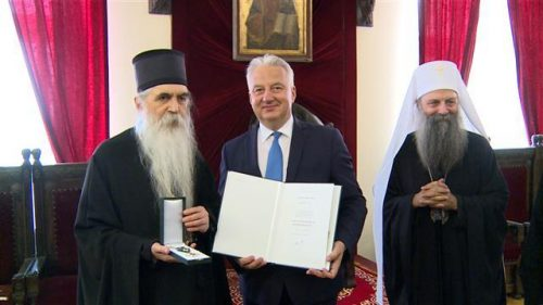 A VÖRÖS PÜSPÖK: Magyar állami kitüntetést kapott a bácskai pravoszláv püspök, aki a szerb egyház nacionalista vonulatához tartozik 25474 a soviniszta popa 500x281